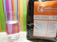 Immer 3 Vorteile: Glas Wasser mit Kaffeetüte vor regenbogenfarbenem Hintergrund