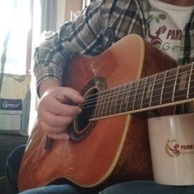 huila supremo gitarre mann grün-kariertes hemd kaffee tasse pamoja