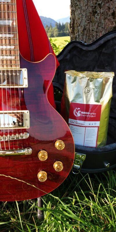 kenia kaffee rote kaffeepackung rote gitarre gitarrenkoffer wiese.