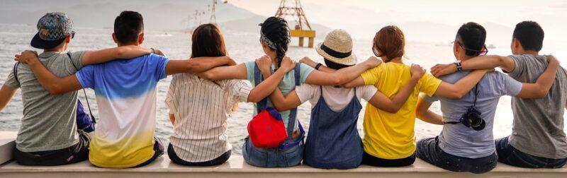 Internationaler Kaffeetag Menschen umarmen sich sitzen zusammen gemeinsam stark